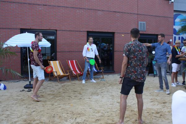 Beachgames tijdens BBQ & beach party